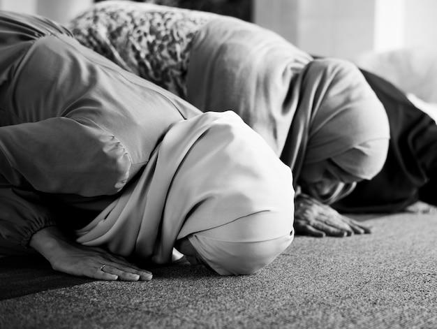 Musulmans priant dans la posture de sujud Photo gratuit