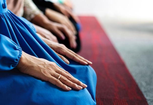 Musulmans en prière dans la posture de tashahhud Photo Premium