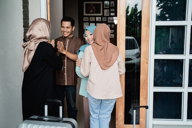 Des Musulmans Visitent Un Ami Et Leur Famille à L'aïd Moubarak Photo Premium