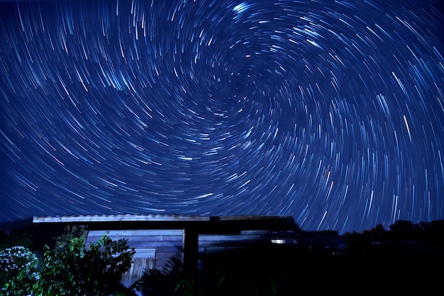 My home un sentier d'étoiles en spirale dans le ciel Photo Premium