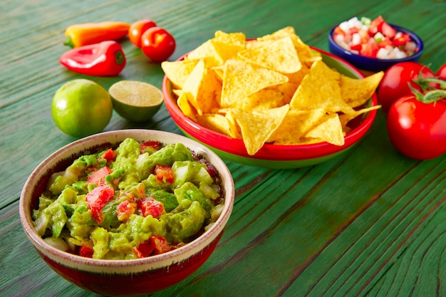 Nachos de cuisine mexicaine guacamole pico gallo chili Photo Premium