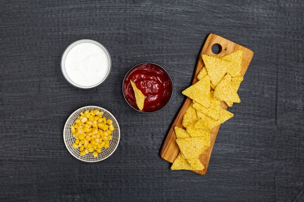 Nachos Traditionnels Croquants Avec Trempettes Et Maïs Photo gratuit