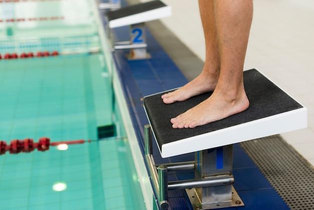 Nageur prêt à sauter dans la piscine Photo gratuit