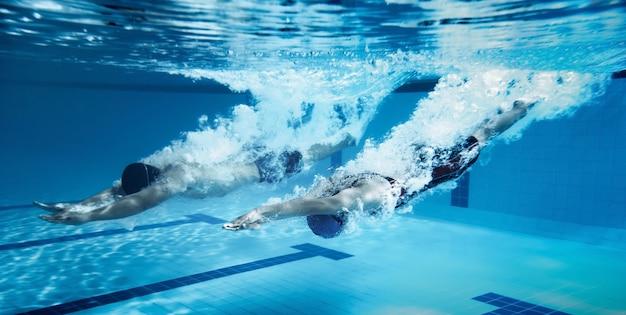 Nageur sauter de la plate-forme en sautant une piscine. photo sous-marine Photo Premium