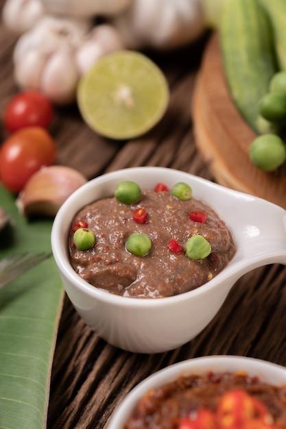 Nam Phrik Kapi Avec Chili Et Citron Sur Plancher En Bois. Photo gratuit