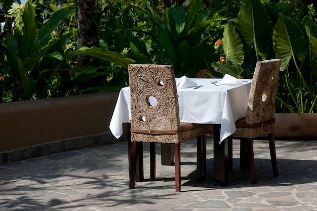 Nappe blanche, salle à manger à l'extérieur sur la terrasse Photo Premium
