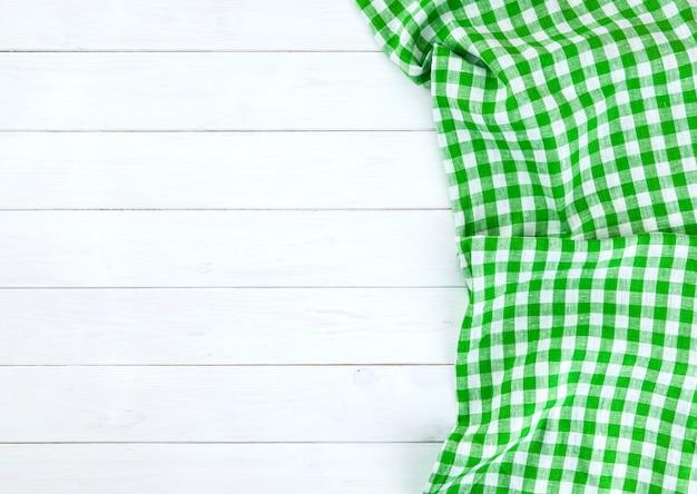 Nappe verte sur table en bois blanc Photo Premium