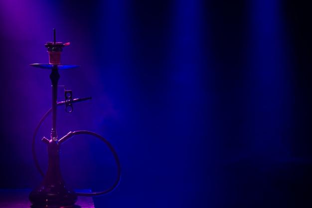 Le Narguilé Classique Avec Des Rayons Colorés De Lumière Et De Fumée. Photo gratuit