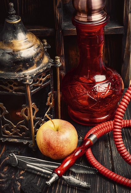 Narguilé de fumer est avec une saveur de fruits. tabac shisha à la menthe. Photo Premium