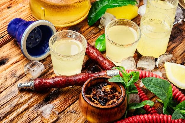 Narguilé et limoncello alcool Photo Premium