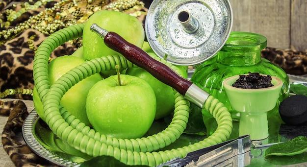 Narguilé. saveur de tabac de pomme verte. la nature. Photo Premium