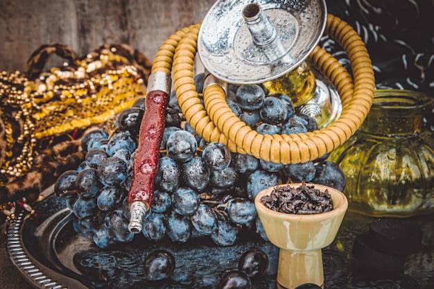 Narguilé, saveur de tabac des raisins. mise au point sélective. Photo Premium