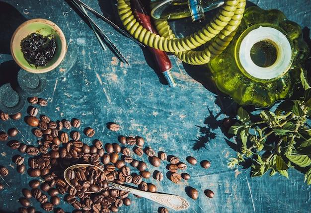 Narguilé. tabac aux arômes de café. Photo Premium