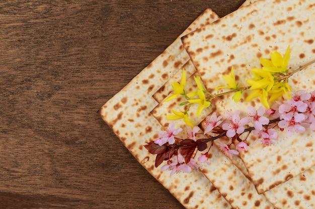 Nature morte au vin et au pain azyme de pâque Photo Premium