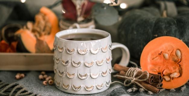 Nature Morte D'automne Confortable Avec Une Tasse De Thé Et De Citrouille, Avec Des Bâtons De Cannelle Sur Un Plaid Chaud, Un Concept à L'automne Ou En Hiver Photo gratuit