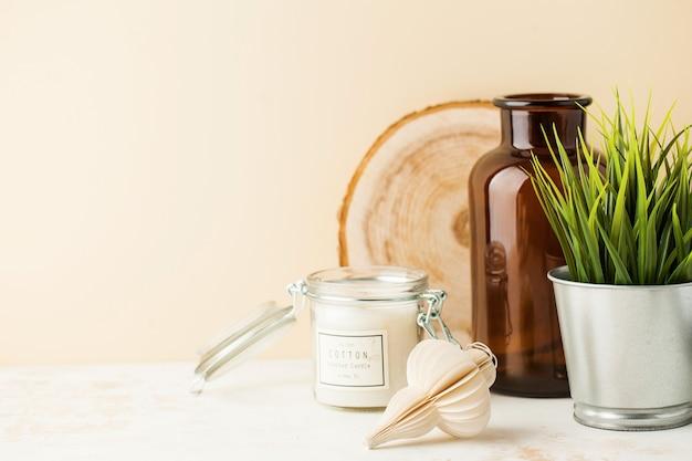 Nature Morte Avec Bougie Décor à La Maison, Vase, Plante Verte Dans Un Pot Avec Espace Pour Le Texte Photo Premium
