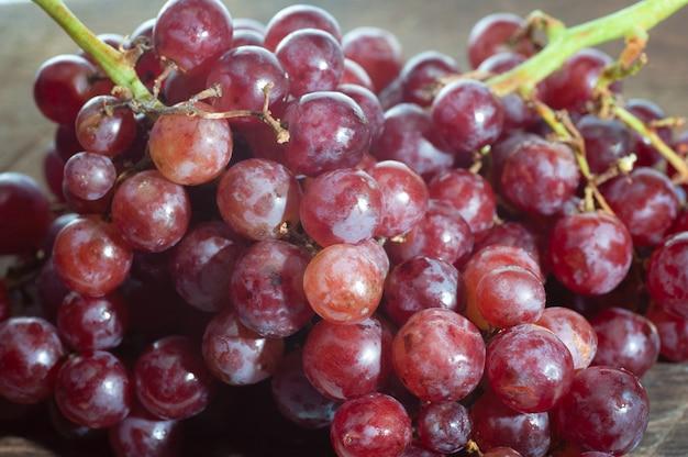 Nature morte de bouquet de raisin mis sur vieux bois Photo Premium