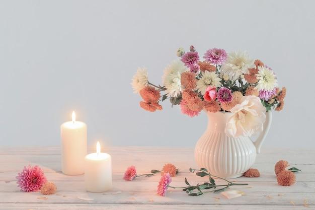 Nature Morte Avec Chrysanthème Et Bougies Allumées Photo Premium