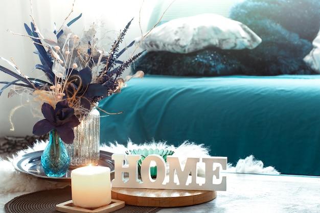 Nature Morte Dans Les Tons Bleus, Avec Maison D'inscription En Bois Et éléments Décoratifs Dans Le Salon. Photo gratuit