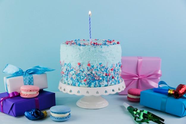 Nature Morte De Délicieux Gâteau D'anniversaire Avec Des Cadeaux Photo gratuit