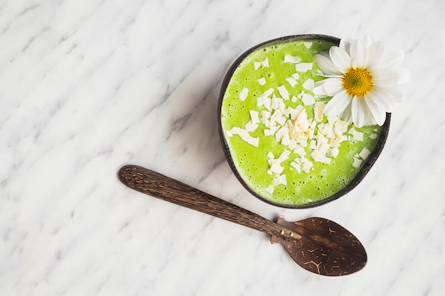 Nature morte de délicieux smoothie au kiwi Photo gratuit