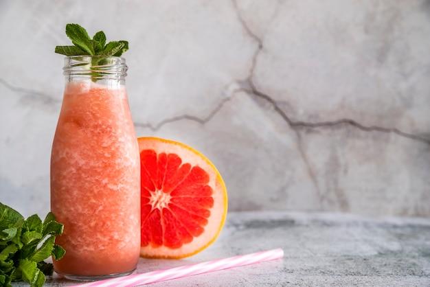 Nature morte d'un délicieux smoothie d'été Photo gratuit