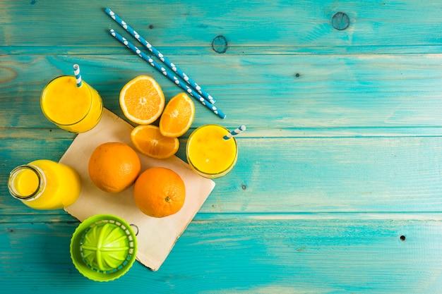 Nature morte de délicieux smoothie à l'orange Photo gratuit