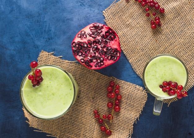 Nature morte de délicieux smoothie vert Photo gratuit