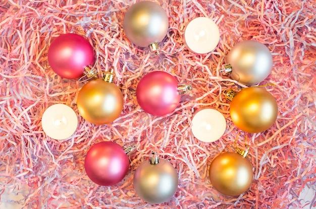 Nature Morte Du Nouvel An, Sur Laquelle Sont Placés Le Papier Multicolore Décoratif Et Les Décorations En Sapin De Noël. Photo Premium