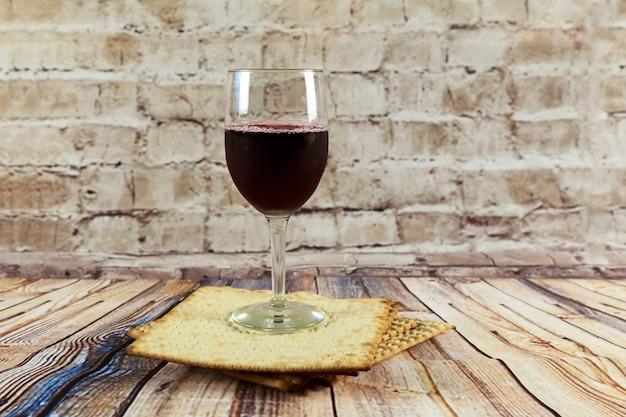Nature morte avec du vin et du pain azyme de pâque juif au matzoh Photo Premium