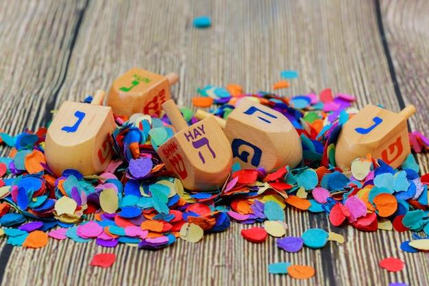 Nature morte de fête juive composée d'éléments du festival hanoucca de hanoucca. Photo Premium