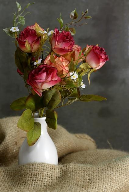 Nature Morte Avec Fleur Rose Dans Un Vase Blanc Sur Un Sac Photo Premium