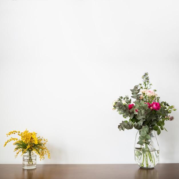 Nature morte de fleurs avec fond Photo gratuit