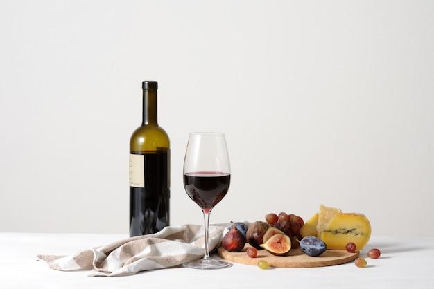 Nature Morte Avec Fond De Vin Rouge, Fromage Et Fruits Photo Premium