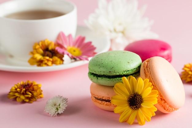 Nature Morte Et Nourriture Photo De Macarons De Gâteau Dans Une Boîte Cadeau Avec Des Fleurs, Une Tasse De Thé Photo Premium