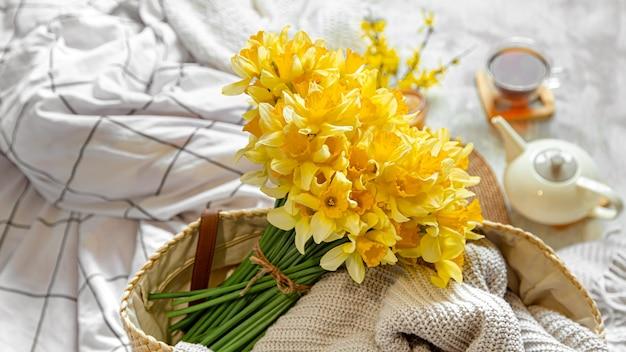Nature Morte De Printemps Avec Une Tasse De Thé Et De Fleurs. Fond Clair, Maison Fleurie Et Confortable. Photo Premium