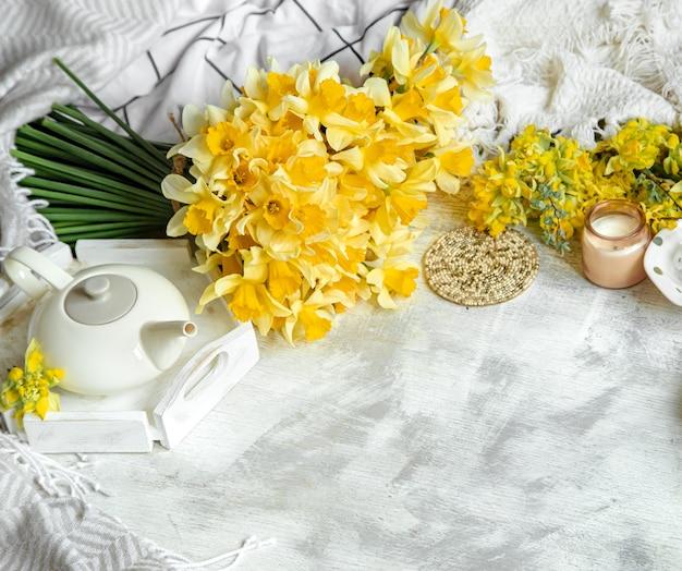 Nature Morte De Printemps Avec Une Tasse De Thé Et De Fleurs. Fond Clair, Maison Fleurie Et Confortable. Photo gratuit