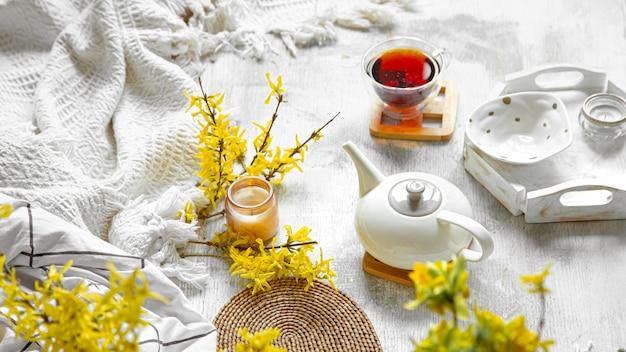 Nature Morte De Printemps Avec Une Tasse De Thé Et De Fleurs Photo gratuit