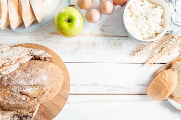 Nature morte avec produits laitiers, lait, œufs, pain Photo Premium