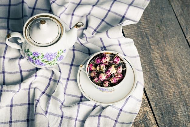 Nature Morte Avec Une Tasse De Thé Et Une Nappe Sur Une Table En Bois Photo Premium