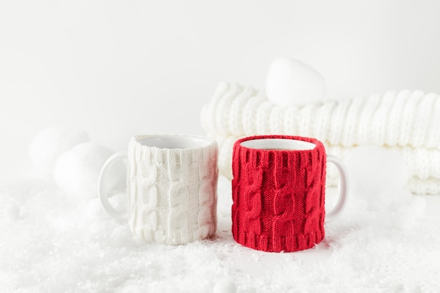 Nature Morte Sur Le Thème De L'hiver Avec Deux Tasses De Thé, Décor Tricoté Aux Couleurs Blanc Et Rouge. Photo Premium