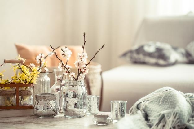 Nature Morte Avec Des Vases Avec Des Fleurs De Printemps Dans Le Salon Photo gratuit