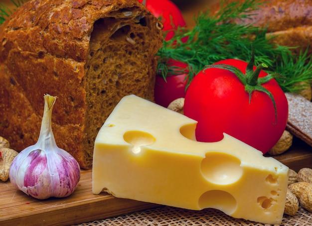 Nature morte végétarienne. fromage, ail et tomates. Photo Premium