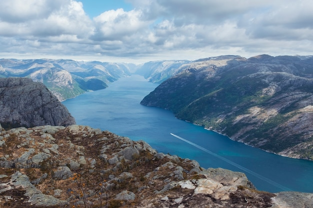Nature, Paysage De Norvège, Plateau Rocheux Au-dessus De Lucefjord Et Navire Au Printemps Photo Premium