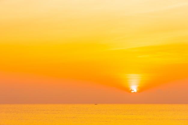 Nature tropicale de paysage en plein air avec la mer et la plage au coucher ou au lever du soleil Photo gratuit