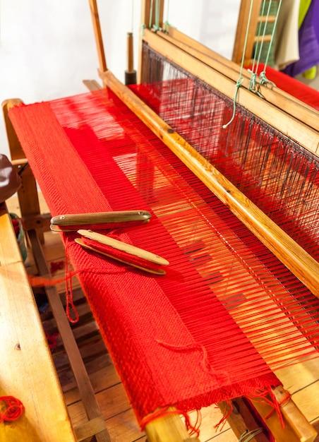 Navette de tissage en bois sur un vieux métier à tisser manuel. Photo Premium