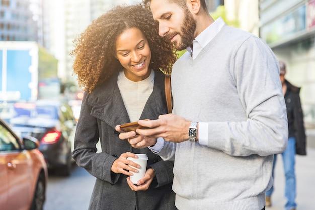 Les navetteurs en ville, les hommes d'affaires avec un smartphone Photo Premium