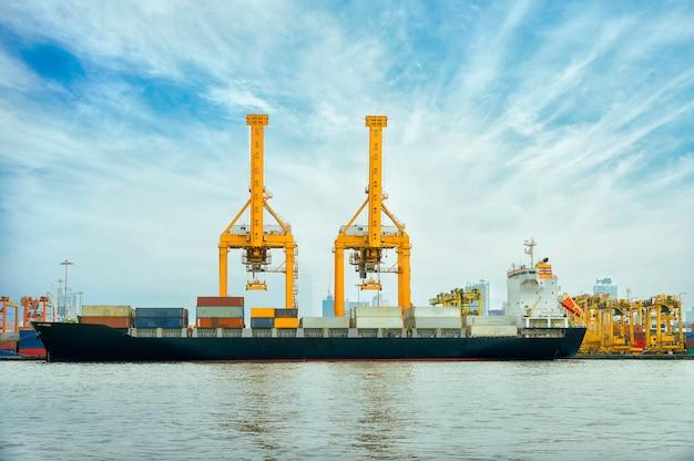 Navire Cargo Conteneur International Avec Pont Roulant En Arrière-plan De Chantier Naval Photo Premium