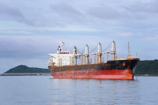 Navire cargo à la mer. Photo Premium