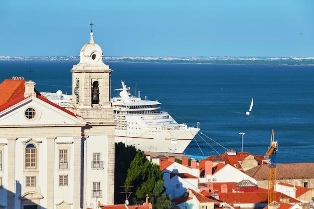 Navire de croisière en passant près de la ville de lisbonne Photo Premium